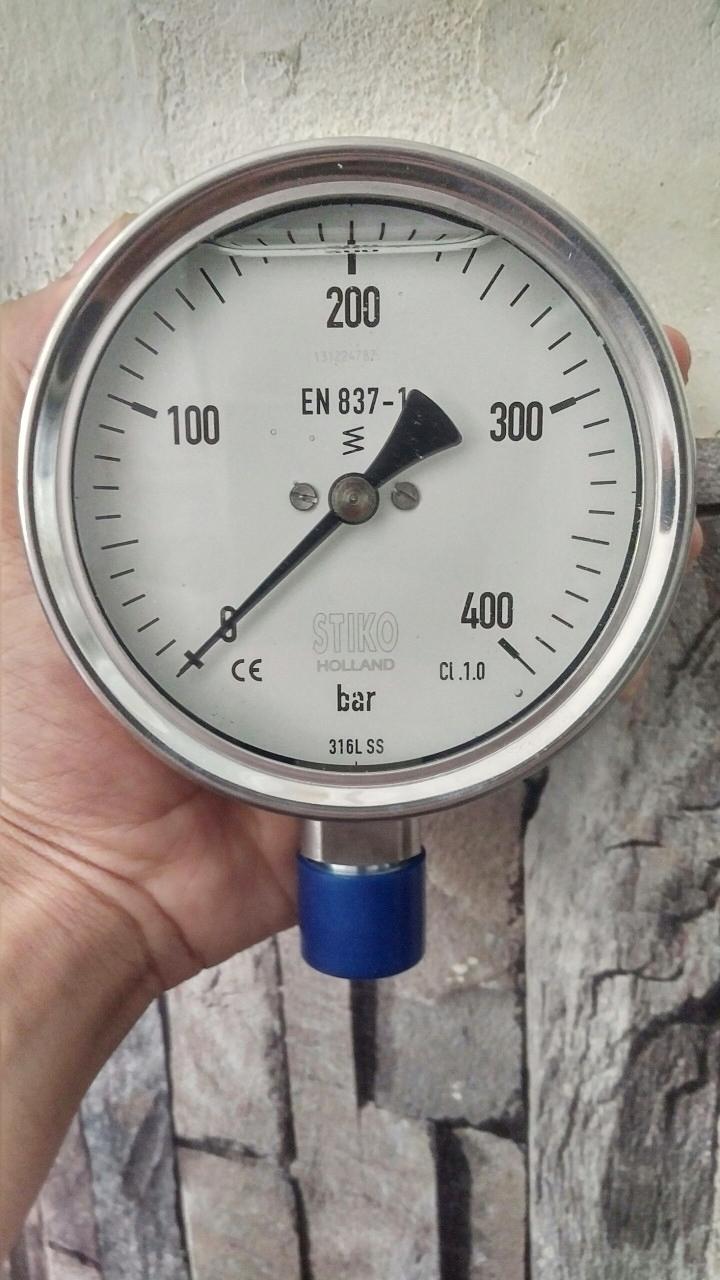 đồng hồ áp suất bị vàng dầu